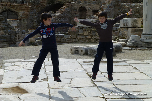 Suspendidos sobre piedras milenarias