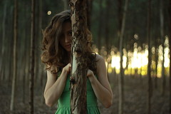 (thaiskatsumi) Tags: verde green nature girl forest woods natureza blond garota floresta loira bilps