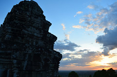 AK_PhnomBakheng_16 (chiang_benjamin) Tags: sunset sky tower clouds temple cambodia angkorwat phnombakheng