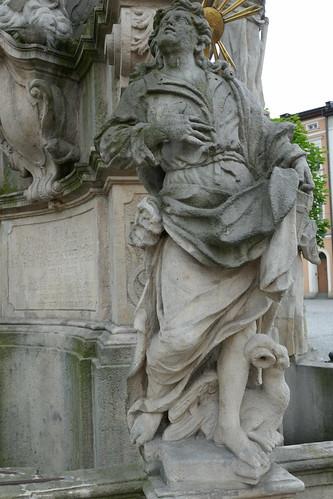 Figura Jana Ewangelisty (1739-42, Klahr Starszy) na pomniku Trójcy Świętej w Lądku Zdroju