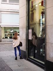 In regalo per te... (sirio174 (anche su Lomography)) Tags: ragazza girl regalo vetrina windowshop negozio shop como candid