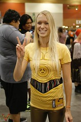 Phoenix Comicon 2016 Cosplay (V Threepio) Tags: girl female robot costume cosplay dressup cosplayer comiccon droid yellowshirt comicconvention c3po 2016 35mmlens protocoldroid phoenixcomicon canon7d phxcc