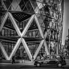 London (XIV) (Jose Juan Luque) Tags: street urban blackandwhite bw london byn blancoynegro architecture facade noiretblanc taxi streetphotography bn foster normanfoster londres blacknwhite gherkin bnw 30stmaryaxe thegherkin josejuanluque jjluque