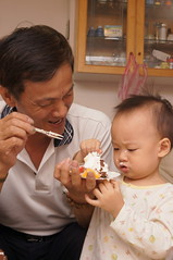 沾到臉了啦~~ (小賴賴的相簿) Tags: birthday family sony 台灣 台北 生日 家庭 全家福 爸爸 生日快樂 1680 小蔡 a55 單眼 1680mm 蔡斯 slta55v anlong77 小賴家 小賴賴