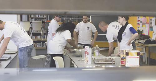 Group Baking in Kitchen / Groupe de cuisson dans la cuisine