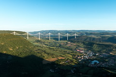 Le viaduc de Millau vu de Creissels (gaillardou) Tags: sunset sun nature set canon soleil filter pont paysage tarn 1740 lever millau viaduc cokin 70d