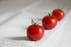 Rougir de dsir (Nadia L*) Tags: red white table rouge tomatoes tomates minimal blanc nappe minimalisme