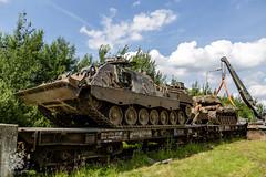 Leopard 2 berger trekt Leopard 1V van wagons