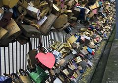 Love fence (Shahrazad26) Tags: pontdesarts pont brug brcke bridge paris parijs france frankrijk frankreich sloten locks love liefde liebe amour