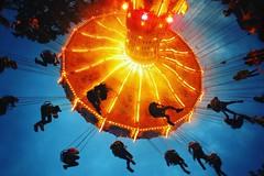 abgedreht. ( #cc ) (marfis75) Tags: turn germany fun drive abend licht moving wiesbaden nacht joy himmel move gelb dome round entertainer blau markt rund mitte hang unten spass perspektive laufen jahrmarkt hngen karussel bewegen runde dreh drehen unterhaltung spt mitfahren umdrehung runden marfis75