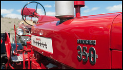 Farmall 350 (BrinksFotografie.nl) Tags: old tractor zeiss diesel international 350 oldtimer harvester farmall trekker distagon carlzeiss internationalharvester oosterwolde 35mmf20 d700