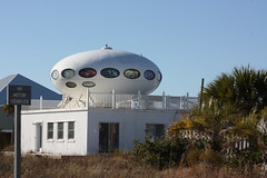 Sometimes Called The Spaceship House                  IMG_3721 (patti_heck) Tags: prefabricatedhousing mattisuuronen architecturaloddities futurohousespaceshiphousepensacolahousesoddhouses