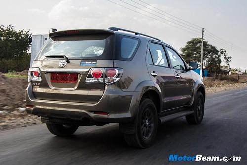 2015-Toyota-Fortuner-02