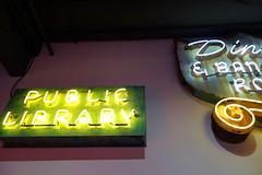 Biblioteca 02411 (Omar Omar) Tags: california lighting ca usa america lights neon glendale library mona muse biblioteca electricity museo electricidad lumieres californie usofa elektro museumofneonart glendaleca glendalecalifornia focos electricit bombillas notlosangeles muzeo artedeneon artesdeneon