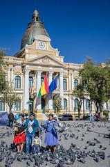 Retrato familar con la casa de gobierno de fondo (Andrs Photos 2) Tags: streets bolivia ciudad lapaz calles altiplano sudamerica elalto lasbrujas
