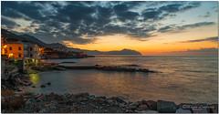 _ABC2428 - 08 12 2013  Alba a Genova, Quinto. (maurob_1454) Tags: mare aurora quinto meraviglia nuovogiorno quintoalmare genovaquinto primeluci fantasticicolori colorifantastici auroraaquinto lanaturastupisce