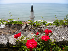 "The top of the minaret-like tower of the ""Tenha Yuva"" (Quiet Nest) - the seaside retreat of Queen Marie of Romania in Balchik, Bulgaria (cod_gabriel) Tags: roses castle seaside minaret horizon palace bulgaria botanicalgarden litoral blacksea redroses balchik orizont dobrudja balcic trandafiri dobrogea cadrilater queenmarie theblacksea grdinabotanic reginamaria mareaneagr dobruja bulgarianseaside balchikbotanicalgarden quietnest grdinbotanic litoralulbulgar litoralulbulgresc cuibullinitit gradinabotanicabalcic tenhayuva"