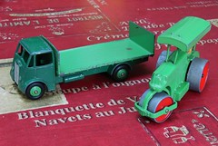 GUY Flat truck with tailboard  et AVELING BARFORD Diesel Roller (Dinky Toys) (xavnco2) Tags: guy green model plateau vert lorry camion roller trucks madeinengland flatbed rouleau diecast autocarro pritsche ttruck avelingbarford