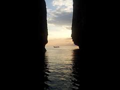 Small Cove Koh Phi Phi (stewartwren) Tags: sun water silhouette set dark thailand boat long waves phi cove horizon tail rays koh longtailboat