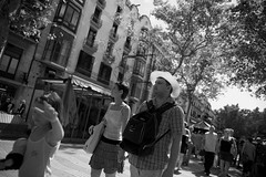 The tourist (Eduardo Chibs) Tags: barcelona urban blackandwhite bw blancoynegro candid bcn tourist urbano lasramblas chubby ramblas turista candidportrait