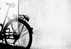 Unsuitable Bike (donlunzo16) Tags: street city shadow bw white colour film bike wall nikon df raw nef stuttgart 04 pack lightroom preset balc vsco vision:mountain=0544 vision:outdoor=0987