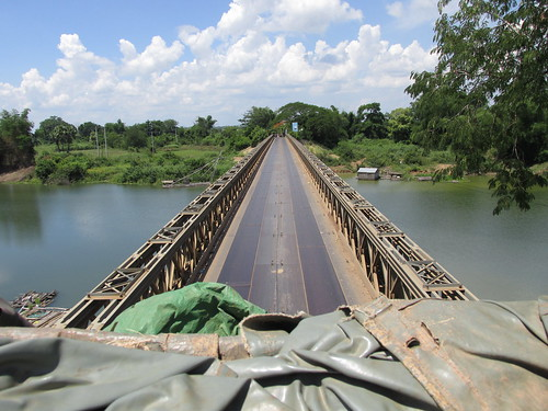 Passage d'un pont sur le toit du camion