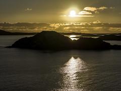 Mitternachtssonne auf Senja (bolliger51) Tags: berg licht meer natur skandinavien norwegen insel nor landschaft sonne nordsee reflexion spiegelung horizont senja schren kste troms lichtspiel mitternachtssonne phnomen schrenkste schren