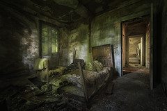 Nightmare, Sleeping at the Edge (LeiV Photo) Tags: old urban abandoned lost hotel photo bedroom nikon foto alt decay exploring eu explore forgotten exploration derelict deserted freizeit oud ue slaapkamer schlafzimmer guestroom d800 verloren urbex vergeten 2016 verval leasure verlaten vrijetijd gstezimmer inexplore abandonedworld leivphoto