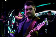 (ElasVF) Tags: blue people music night canon lights bass stage violet guitars carnaval shows concerts roja sudamerica vocal bassman guitarman nochedebrujas santacruzdelasierra scenari joemontana piso21