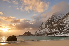 Coucher de soleil sur la plage d'Aukland #3 [ les Lofoten ~ Norvge ] (emvri85) Tags: winter sunset snow mountains norway zeiss hiver 100mm neige lofoten coucherdesoleil montagnes norvge nordland leefilters auklandbeach
