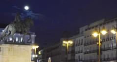 Puerta del Sol en una noche mgica (silvia.vaghini) Tags: plaza puertadelsol madrid sol centro luna estatua puerta del magia