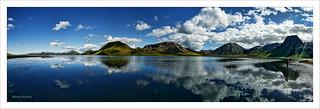 Reflejos en un lago en las Tierras Altas Islandesas.