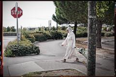 Une femme arabe sur le passage pitons (Paolo Pizzimenti) Tags: film paolo femme olympus arabe dxo passage vignette zuiko italie chariot integration pellicule cesenatico pitons