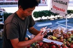 02250035-84 (jjldickinson) Tags: nikonf nikonfphotomicftn nikkor nikkors50mmf14 tiffen52mmsky1a fujicolorsuperiaxtra400 roll461n farmersmarket shopping food downtown harborareafarmersmarkets hafm hasapplefarm apple fruit californiaeagle longbeach