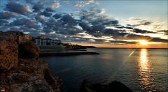 Entre rocas y nubes (candi...) Tags: sol mar agua pueblo amanecer cielo nubes reflejo rocas airelibre ametllademar