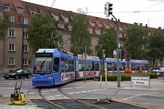 Dem orangenen Arbeitswagen folgt ein Fahrzeug aus dem Fahrgastbetrieb: R3-Wagen 2208 unternimmt eine Probefahrt auf den neuen Schienen (Frederik Buchleitner) Tags: 2208 abnahmefahrt linie21 munich mnchen probefahrt r3wagen strasenbahn streetcar tram trambahn werkstattfahrt