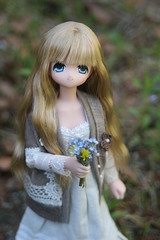 Picking flowers in the garden (Bumble-bee-love) Tags: flowers bunny water girl garden miu azone excute