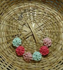 Gargantilha de Fuxico - Rosa e verde. (Atelier Moreníssima) Tags: fuxico colar