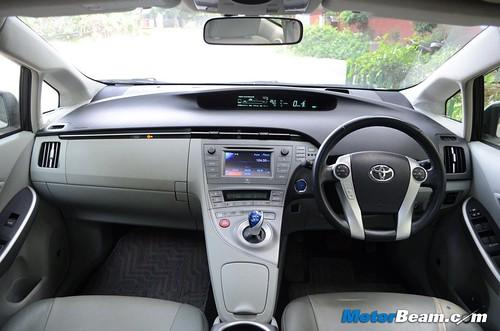 2013-Toyota-Prius-01