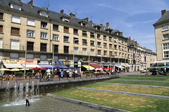 Amiens, place Gambetta, terrasses (Ytierny) Tags: france horizontal bar restaurant commerce terrasse fontaine amiens ville faade centreville brasserie picardie jetdeau bassin somme placegambetta amienois ytierny