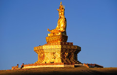 Engulfed by sunrise, Padmasambhava statue Yarchen Gar. Tibet 2013 (reurinkjan) Tags: day clear dzogchen 2013 tsokpa yachengar བོད་ལྗོངས། ©janreurink tibetanplateauབོད་མཐོ་སྒང་bötogang tibetབོད buddhistསངས་རྒྱས་ཆོས་ལུགས་པ དགོན་པ་ nunneryཨ་ནི་དགོན་པ་anidgonpa monkགྲྭ་བ།grwaba buddhismསངས་རྒྱས་ཆོས་ལུགས།sangsrgyaschoslugs yarchengar greatertibetབོད་ཆེན་པོböchenpo tibetannationalitytibetansབོད་རིགས།bodrigs ཆུ་ nunཇོ་མོ།ani khamཁམས།easterntibet nyingmaredhatsectརྙིང་མrnyingma ༢༠༡༣ khamཁམས་བོད khamsbodkhamwö pelyülདཔལ་ཡུལ།county nyingmapahermitage yarchengarཡར་ཆེན་སྒར་ lamaachukrinpoche yellegar rinchenlingpa yachengönཡ་ཆེན་དགོན། yachengarཡ་ཆེན་དཀར་། stupaམཆོད་རྟེན༏mchodrtenchorten yarchengön dzinchu ཛིན་ tibetannationtibetanpeopleབོད་ཀྱི་མི་བརྒྱུད bökyimigyü sisterhoodཨ་ནིའི་ཚོགས་པani yarchengonpaཡར་ཆེན་ padmasambhavaགུ་རུ་པད་མ་འབྱུང་གནསgurupemajungnégururinpocheགུ་རུ་རིན་པོ་ཆེ་gururinpocheorgyenpemajungnéཨོ་རྒྱན་པད་མ་འབྱུང་གནསrindzinpemajungnéརིག་འཛིན་པད་མ་འབྱུང་གནསmahagurupemanjungnéམ་ཧ་གུ་རུ་པད་མ་འབྱུང་གནསpemajungnéཔད་མ་འབྱུང