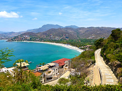 photo - Hillside Homes & Playa la Ropa (Jassy-50) Tags: house mountain beach mexico bay photo lookdown playalaropa zihautanejo zihautanejobay