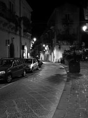Siracusa_226_1718 (Dubliner_900) Tags: bw monochrome nightshot olympus sicily bianconero sicilia siracusa ortigia notturno siracuse micro43 handshold mzuikodigital17mm118 omdem5markii