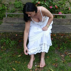 Susana in the park (JLSF) Tags: outdoors outdoor barefoot susana cleavage summerdress oporto vestido longskirt barfuss decote descala descalza piedsnus barefootbeauty saiacomprida barefootbeauties