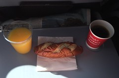 Laugenstange, Kaffee & O-Saft (Air Berlin Flug DUS-MUC) (JaBB) Tags: food coffee breakfast kaffee orangejuice frhstck airberlin orangensaft laugenstange