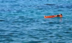 [ La deriva dei pentimenti - Sentimental drift ] DSC_0028.2.jinkoll (jinkoll) Tags: relax sea water waves reflections people guy man floating float sleeping air mattress blue orange sunny suntan