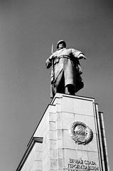 Guarding the cenotaph (Tiefengeist) Tags: 50mm 50 rodinal nikonfe ilford 1100 ilfordpanf oneshot panf agfarodinal r09 ais50mmf12 rodinalr09oneshot1100