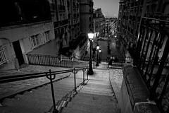 Montmartre au petit matin (Paolo Pizzimenti) Tags: paris film paolo olympus montmartre dxo nuit zuiko escalier argentique aube