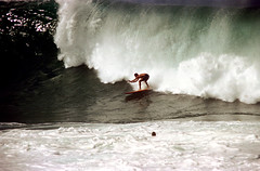 16-550 (ndpa / s. lundeen, archivist) Tags: ocean color film 35mm hawaii surf break oahu surfer nick wave surfing spray pacificocean northshore surfers honolulu 16 curl 1970s 1973 breakingwave dewolf nickdewolf photographbynickdewolf reel16
