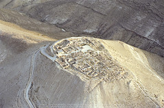 Machaerus (APAAME) Tags: archaeology ancienthistory village roman middleeast palace airphoto aerialphotography siege herodian scannedfromnegative flying2006 aerialarchaeology mukawer pleiades:depicts=697700 jadis2010001 megaj9375 machaeraeus mishnaqah